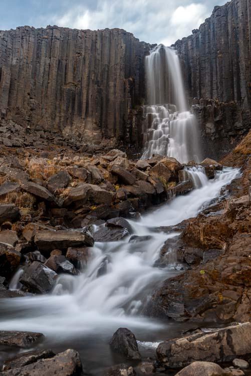 Stuðlafoss, een mooie  waterval tussen kolommen van Basalt