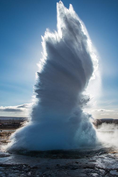 Strokkur omgeven door een zonnenaura